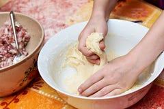 Χέρια γυναικών με τη ζύμη Στοκ εικόνες με δικαίωμα ελεύθερης χρήσης