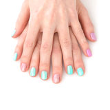 Χέρια γυναικών με το φωτεινό μανικιούρ Στοκ εικόνες με δικαίωμα ελεύθερης χρήσης