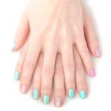 Χέρια γυναικών με το φωτεινό μανικιούρ Στοκ φωτογραφία με δικαίωμα ελεύθερης χρήσης