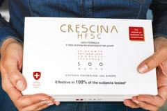 Χέρια γυναικών με Re-Growth Crescina HFSC την απώλεια αντι-τρίχας πλήρη στοκ φωτογραφία με δικαίωμα ελεύθερης χρήσης