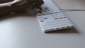 Χέρια γυναικών που δακτυλογραφούν σε ένα πληκτρολόγιο φιλμ μικρού μήκους
