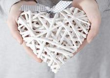 Χέρια γυναικών που κρατούν μια άσπρη καρδιά Κινηματογράφηση σε πρώτο πλάνο Στοκ φωτογραφίες με δικαίωμα ελεύθερης χρήσης