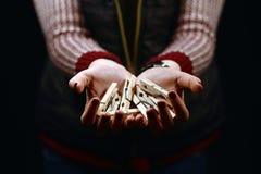Χέρια γυναικών που κρατούν την ξύλινη καρφίτσα ενδυμάτων Στοκ Εικόνες