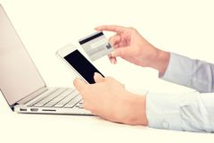 Χέρια γυναικών που κρατούν την πιστωτική κάρτα που χρησιμοποιεί το κύτταρο, έξυπνος τηλεφωνικός υπολογιστής Στοκ Φωτογραφίες