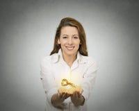 Χέρια γυναικών που κρατούν την προσφορά του νέου κλειδιού στοκ φωτογραφία με δικαίωμα ελεύθερης χρήσης