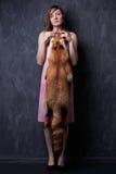 Χέρια γυναικών που κρατούν το δέρμα αλεπούδων Στοκ Εικόνες