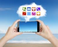 Χέρια γυναικών που κρατούν το smartphone με app το άσπρο σύννεφο εικονιδίων Στοκ φωτογραφίες με δικαίωμα ελεύθερης χρήσης