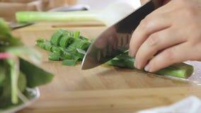 Χέρια γυναικών που κόβουν τα λαχανικά απόθεμα βίντεο