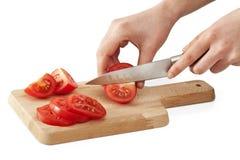 Χέρια γυναικών που κόβουν την ντομάτα Στοκ φωτογραφία με δικαίωμα ελεύθερης χρήσης