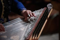 Χέρια γυναικών που παίζουν σε μια άρπα Στοκ φωτογραφία με δικαίωμα ελεύθερης χρήσης