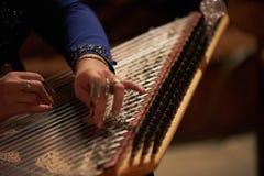 Χέρια γυναικών που παίζουν σε μια άρπα Στοκ φωτογραφίες με δικαίωμα ελεύθερης χρήσης