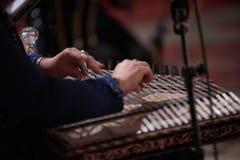 Χέρια γυναικών που παίζουν σε μια άρπα Στοκ εικόνα με δικαίωμα ελεύθερης χρήσης