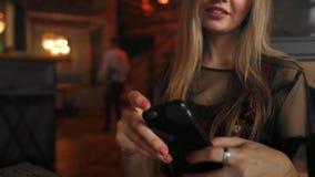 Χέρια γυναικών που παίρνουν τη φωτογραφία τροφίμων με κινητό τηλέφωνο συνοδευόμενος συλλάβετε την ιταλική θέση φωτογραφίας τροφίμ απόθεμα βίντεο