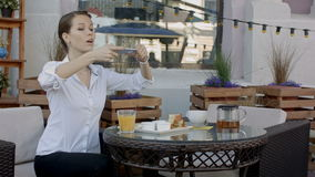 Χέρια γυναικών που παίρνουν τη φωτογραφία τροφίμων με κινητό τηλέφωνο συνοδευόμενος συλλάβετε την ιταλική θέση φωτογραφίας τροφίμ φιλμ μικρού μήκους