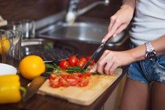 Χέρια γυναικών που προετοιμάζουν το γεύμα σε ένα μαγείρεμα έννοιας κουζινών, μαγειρικό στοκ εικόνες