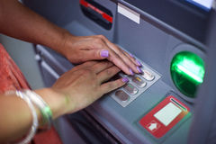 Χέρια γυναικών στη μηχανή του ATM Στοκ Εικόνα
