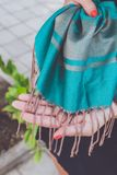 Χέρια γυναικών του Yong με το μαντίλι κασμιριού Νησί του Μπαλί στοκ εικόνες