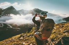 Χέρια γυναικών Backpacker που παρουσιάζουν μορφή καρδιών που απολαμβάνει τα βουνά Στοκ εικόνα με δικαίωμα ελεύθερης χρήσης