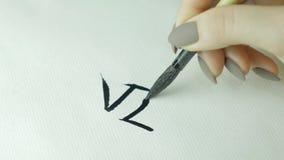 Χέρια γυναικών ` s που γράφουν κινεζικό hieroglyph Το θηλυκό χέρι που κρατά μια καλλιγραφία βουρτσών γραψίματος κινεζικοί χαρακτή απόθεμα βίντεο