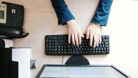 Χέρια γυναικών ` s που δακτυλογραφούν στο πληκτρολόγιο υπολογιστών, τοπ άποψη απόθεμα βίντεο