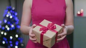 Χέρια γυναικών ` s που κρατούν ένα δώρο Χριστουγέννων απόθεμα βίντεο