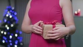 Χέρια γυναικών ` s που κρατούν ένα δώρο Χριστουγέννων φιλμ μικρού μήκους