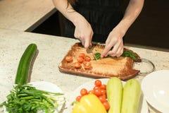 Χέρια γυναικών ` s που κόβουν τα λαχανικά Στοκ εικόνες με δικαίωμα ελεύθερης χρήσης
