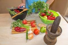 Χέρια γυναικών ` s που κόβουν το πιπέρι, πίσω από τα φρέσκα λαχανικά Μάγειρας γυναικών στην κουζίνα Ο αρχιμάγειρας κόβει τα λαχαν στοκ φωτογραφίες