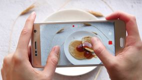 Χέρια γυναικών ` s, πρόγευμα που πυροβολείται τηλεφωνικώς Το κορίτσι παίρνει τις εικόνες των τροφίμων Κινηματογράφηση σε πρώτο πλ απόθεμα βίντεο