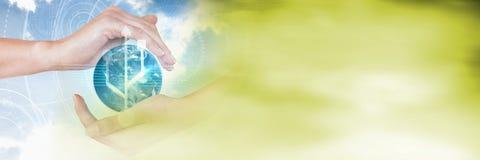 Χέρια γύρω από τη διεπαφή σφαιρών με τη μουτζουρωμένη πράσινη μετάβαση Στοκ φωτογραφίες με δικαίωμα ελεύθερης χρήσης