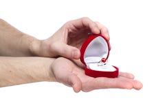 χέρια δέσμευσης που κρατούν το δαχτυλίδι s ατόμων Στοκ Φωτογραφίες