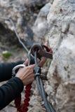 χέρια δύο carabiners Στοκ Φωτογραφία