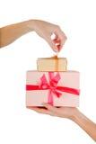 χέρια δώρων που απομονώνονται στοκ φωτογραφία