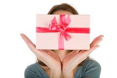 χέρια δώρων που απομονώνον&t στοκ φωτογραφία