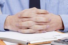 Χέρια εκμετάλλευσης ατόμων που διασχίζονται στοκ εικόνα με δικαίωμα ελεύθερης χρήσης