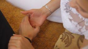 Χέρια εκμετάλλευσης γαμήλιων ζευγών, ευτυχείς νεόνυμφος και νύφη φιλμ μικρού μήκους
