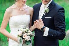 Χέρια εκμετάλλευσης γαμήλιων ζευγών που απομονώνονται σε πράσινο στοκ φωτογραφία με δικαίωμα ελεύθερης χρήσης