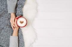 Χέρια εκμετάλλευσης ζεύγους με τον καφέ στον άσπρο πίνακα, τοπ άποψη στοκ εικόνα με δικαίωμα ελεύθερης χρήσης