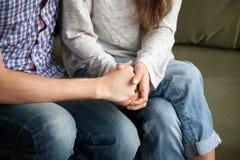Χέρια εκμετάλλευσης ζεύγους που κάνουν την ειρήνη μετά από τη φιλονικία Στοκ εικόνες με δικαίωμα ελεύθερης χρήσης
