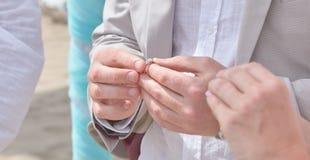 Χέρια εκμετάλλευσης νυφών και νεόνυμφων και ανταλλαγή των δαχτυλιδιών στοκ εικόνα