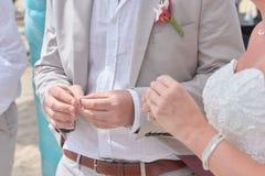Χέρια εκμετάλλευσης νυφών και νεόνυμφων και ανταλλαγή των δαχτυλιδιών στοκ φωτογραφία με δικαίωμα ελεύθερης χρήσης