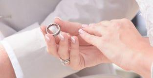Χέρια εκμετάλλευσης νυφών και νεόνυμφων και ανταλλαγή των δαχτυλιδιών στοκ εικόνες με δικαίωμα ελεύθερης χρήσης