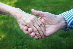 Χέρια εκμετάλλευσης Στοκ Φωτογραφία