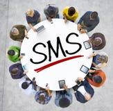 Χέρια εκμετάλλευσης ανθρώπων γύρω από το γράμμα SMS Στοκ φωτογραφία με δικαίωμα ελεύθερης χρήσης