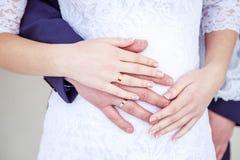 Χέρια εκμετάλλευσης γαμήλιων ζευγών, ευτυχείς νεόνυμφος και νύφη, μαλακή αφή Στοκ Εικόνες
