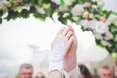 Χέρια εκμετάλλευσης γαμήλιων ζευγών, ευτυχείς νεόνυμφος και νύφη, μαλακή αφή Στοκ Φωτογραφία