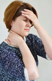 Χέρια εκμετάλλευσης γυναικών στο κεφάλι, κατάθλιψη, πόνος, ημικρανία στοκ φωτογραφίες με δικαίωμα ελεύθερης χρήσης