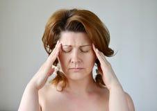 Χέρια εκμετάλλευσης γυναικών στο κεφάλι, κατάθλιψη, πόνος, ημικρανία στοκ φωτογραφία με δικαίωμα ελεύθερης χρήσης