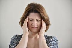 Χέρια εκμετάλλευσης γυναικών στο κεφάλι, κατάθλιψη, πόνος, ημικρανία Στοκ Εικόνες