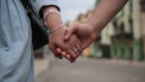 Χέρια εκμετάλλευσης ζευγών αγάπης κινηματογραφήσεων σε πρώτο πλάνο περπατώντας φιλμ μικρού μήκους